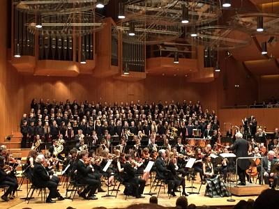 Chor der Christoph-von-Schmid-Schule musiziert mit Profimusikern
