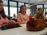 Huhn zu Besuch im Biounterricht!